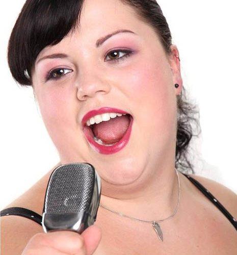 Sängerin mit Mikro Makeup People