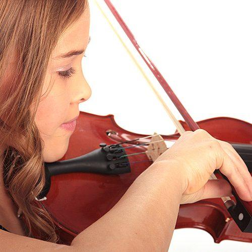 Mädchen spielt Geige Makeup Hair